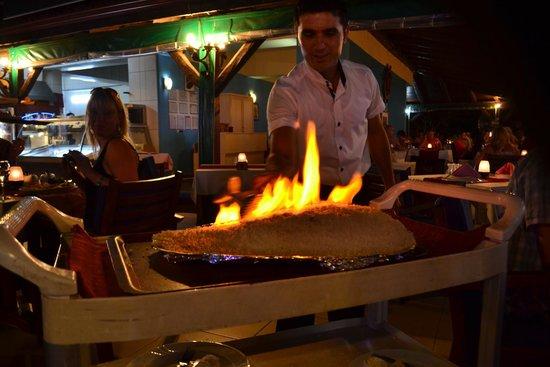 Captain Hook's Seafood Restaurant: Tuzda kaya levreği fırında pişti, 45 dakika kadar, dışındaki tuzu kırdılar tabaklara servis şaha