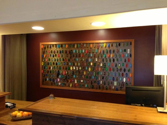 The Redwood Riverwalk Hotel : Cool decor on front-desk wall