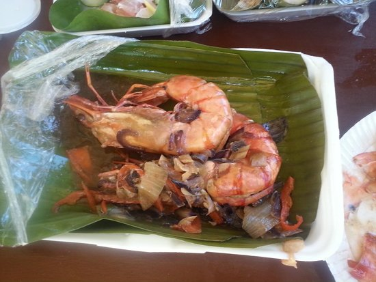 Paradise Island Park & Beach Resort: Giant prawns served on banana leaves