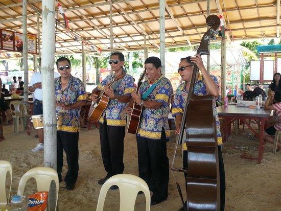 Paradise Island Park & Beach Resort: Roaming musicians at Paradise Island
