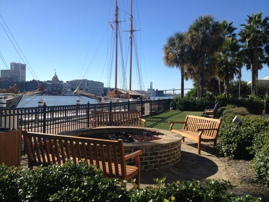 Westin Savannah Harbor Golf Resort & Spa: Fire pit and view of river from back of hotel