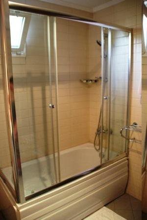 Hotel Djem : Bathroom - shower head has so many settings, it's fab