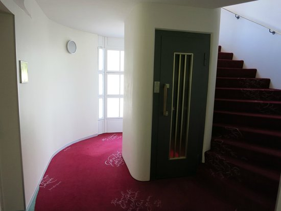 Hotel du Theatre: The old elevator and spiral steps.