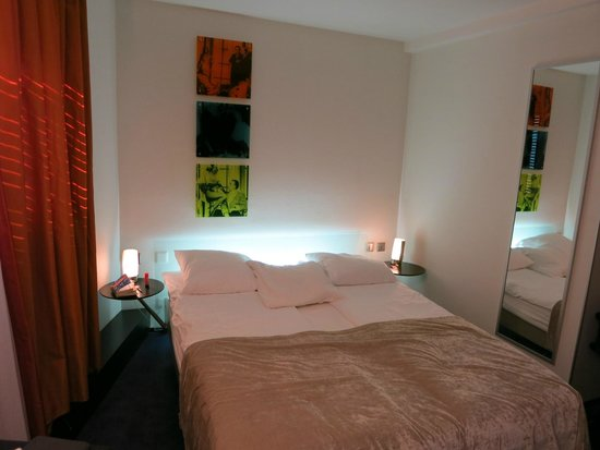 Hotel du Theatre by Fassbind: Our 2nd floor bedroom.