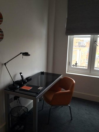 Templeton Place Aparthotel: Desk for working