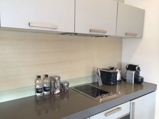 Templeton Place Aparthotel: electric cooker, kettle, coffee maker