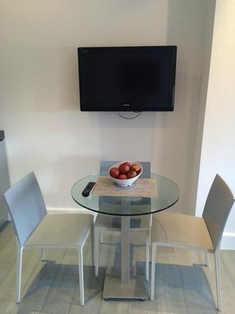 Templeton Place Aparthotel: Table next to a TV