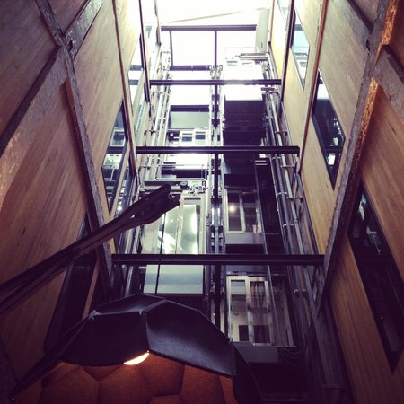 Ovolo 1888 Darling Harbour: Exposed elevators in the lobby!