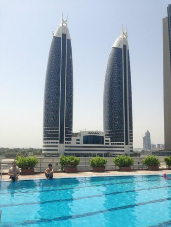 Rose Rayhaan by Rotana - Dubai: Vista desde la pileta del hotel