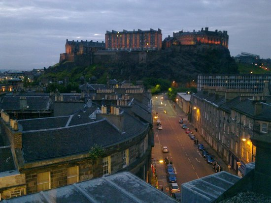 DoubleTree by Hilton Hotel Edinburgh City Centre: The Castle from the Skybar.