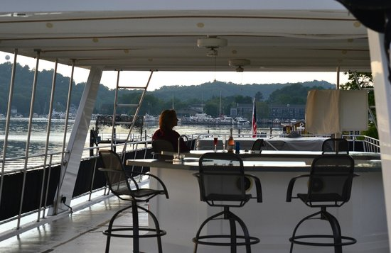 Sea Suites Boat & Breakfast: top deck with hottub and grill area