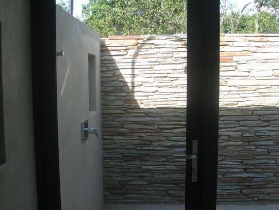 Kapama Southern Camp: Villa outside shower