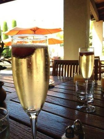 Villagio Inn and Spa: Outdoor dining for breakfast, sparkling wine included.