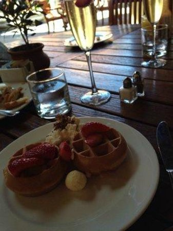 Villagio Inn and Spa: Freshly prepared waffles at breakfast, sparkling included!