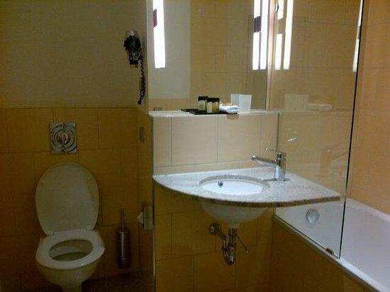 Hotel du Theatre by Fassbind: Tiny Sink but nice full bathtub