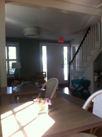 Regatta Inn: Breakfast/living area