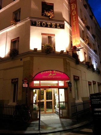 Grand Hotel Dechampaigne : Outside at night