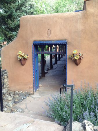 Adobe and Pines Inn B&B: Entrance way