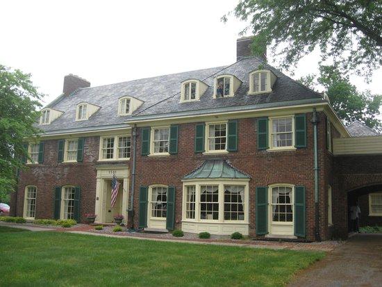 Montague Inn: Front