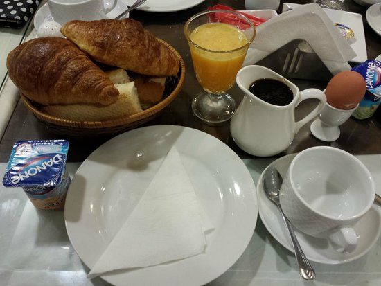 Hotel Amouday: Continental breakfast - bread basket is for two people.