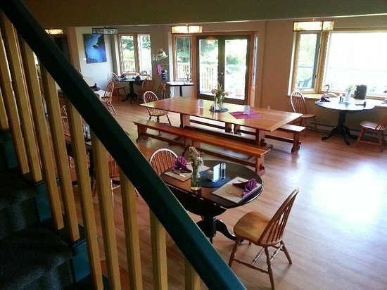 Saturna Lodge: The main lounge and dining room