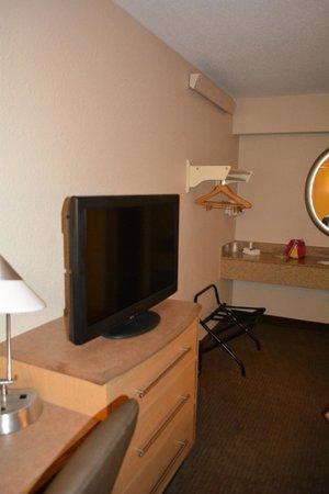 Red Roof Inn Cleveland - Westlake: TV