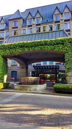 Holiday Inn Hotel & Suites North Vancouver: Central to many activities