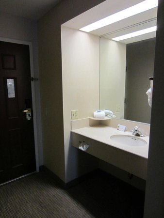 Inn at Wilmington: sink across from shower/toilet