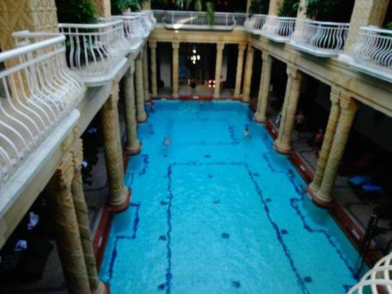 Gellert Spa: piscina interna. tem que usar toquinha!!!