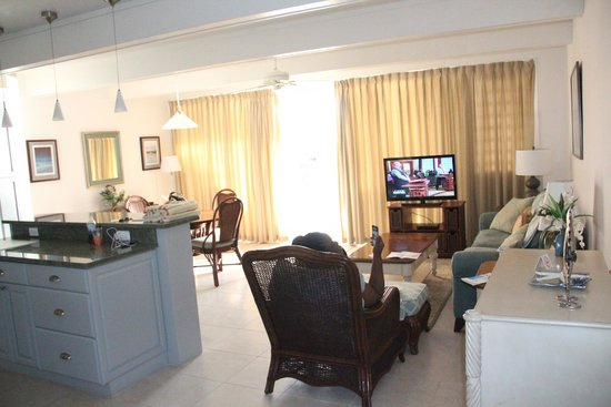Secret Harbour Beach Resort : partial view of living and dining room