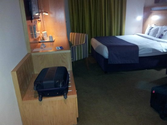 Holiday Inn Express Dubai Airport: Bedroom from Main Entry