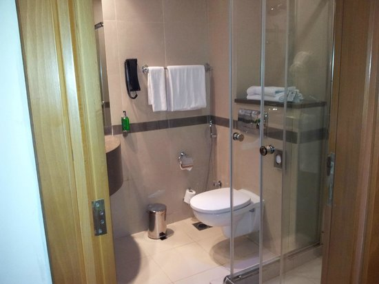 Holiday Inn Express Dubai Airport: Bathroom from Doorway
