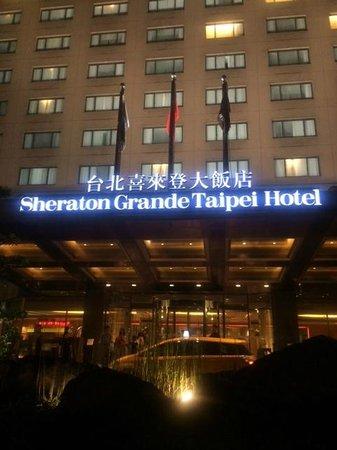 Sheraton Grande Taipei Hotel: 外から見たホテル