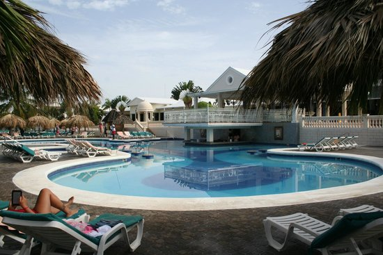 ClubHotel Riu Negril: Pool with bar