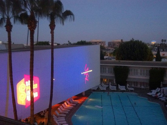 The Beverly Hilton: Love the nightlife and great pool scene...