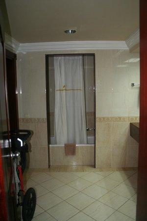 ClubHotel Riu Negril: huge bathroom