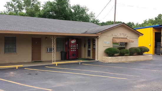 Texas Inn: PHONE: 903-742-9291   LOBBY AND FRONT OF MOTEL (QUAINT BUT CLEAN AND NICE)