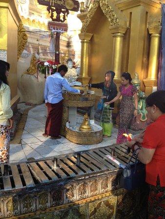Shwedagon Pagoda: praying