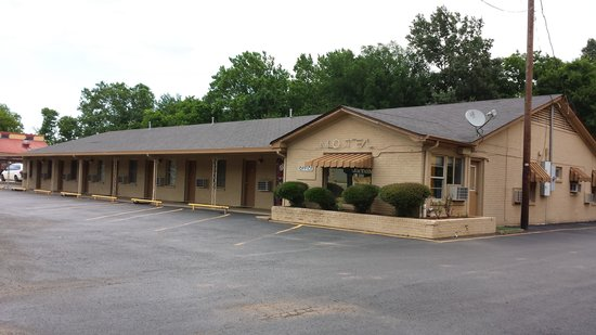 Texas Inn: PHONE: 903-742-9291   FRONT AND SIDE OF MOTEL
