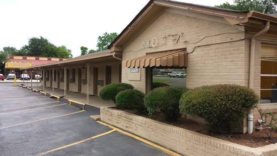 Texas Inn: PHONE: 903-742-9291   FRONT OF MOTEL UP CLOSE