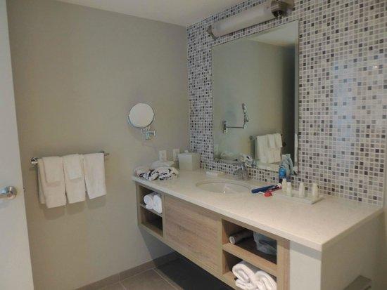 Courtyard Cadillac Miami Beach/Oceanfront: bathroom