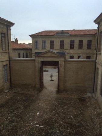 Hotel Abbaye Ecole de Soreze : l'entree de l'hotel vue du 1 er