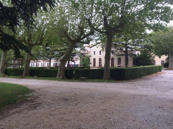Hotel Abbaye Ecole de Soreze : le spa derriere les arbres