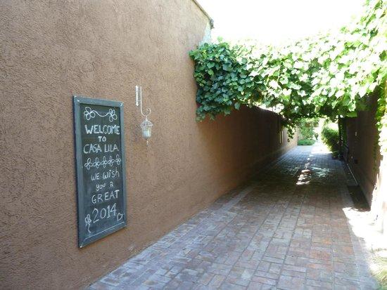 Casa Lila: Entrance to garden/courtyard