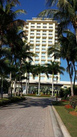 Hyatt Regency Coconut Point Resort & Spa: Street view of the Coconut Point Hyatt