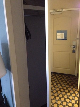 Hampton Inn North Brunswick/New Brunswick: Spacious hidden closet!