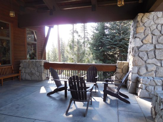 Wuksachi Lodge: Take a seat and relax on the porch