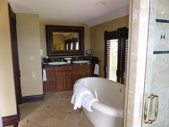 The Victorian: Valley View bathroom