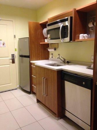 Home2 Suites Charleston Airport / Convention Center: Kitchen