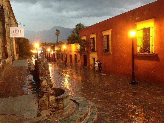 Hotel La Casona de Tita: Fuera del hotel en la tarde noche